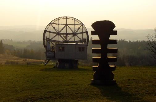 Free photo: Statue and Radiotelescope