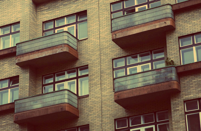 В астрахани женщина разбилась, упав с балкона - газета волга.