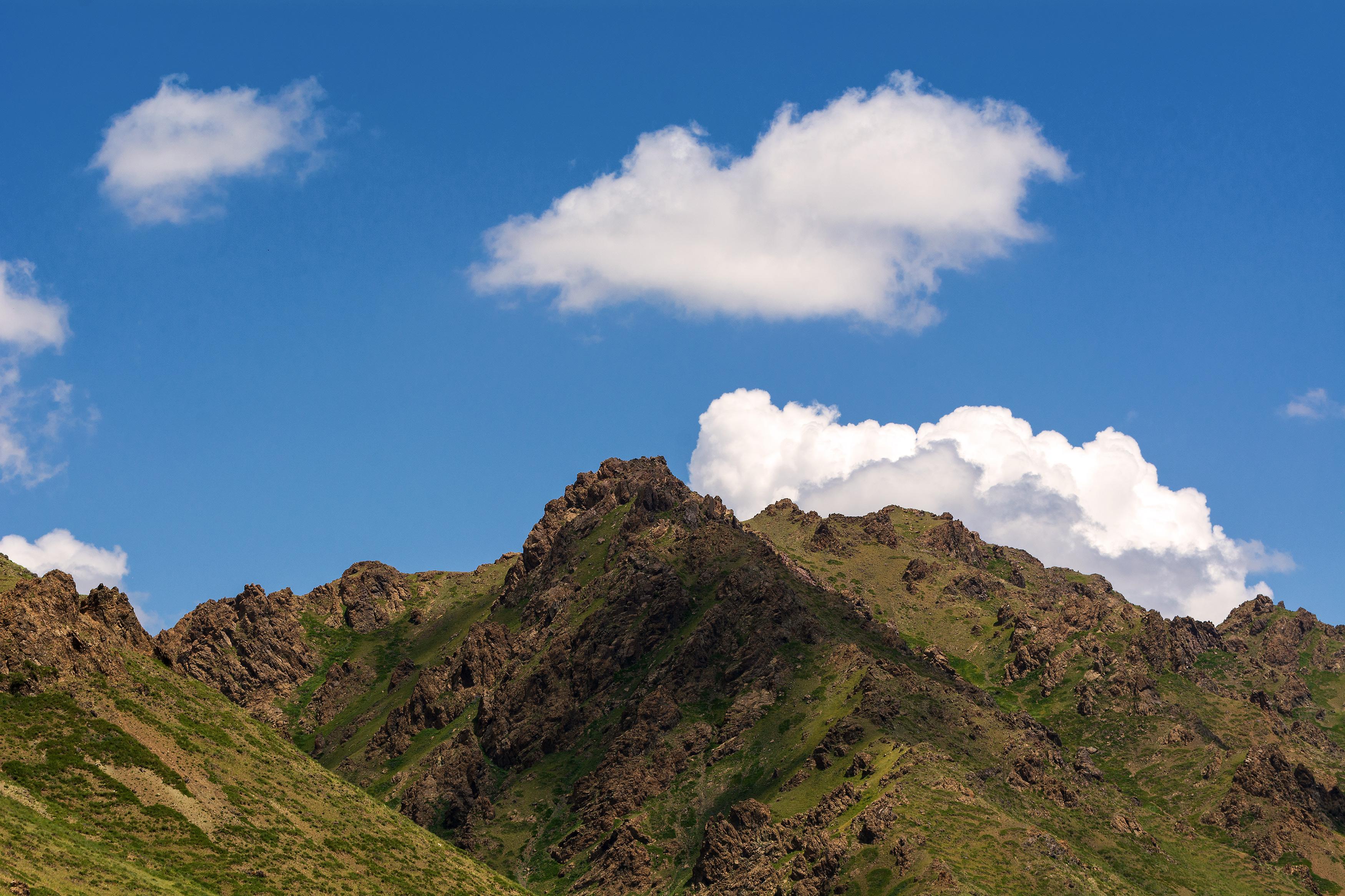 الجبل والسماء الزرقاء مع الغيوم | ألبوم صور مجاني | LibreShot